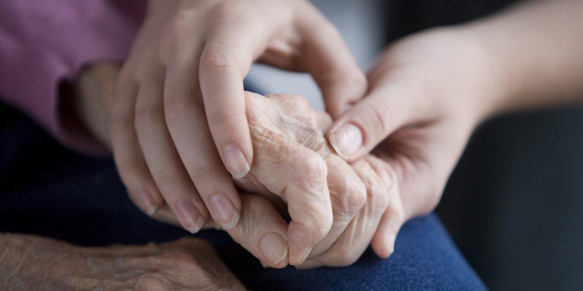 Abbandono di genitori anziani da parte dei figli: cosa prevede la legge